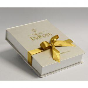 01 caixa para brinde, modelo book, fechamento com fita, personalização em hot stamping