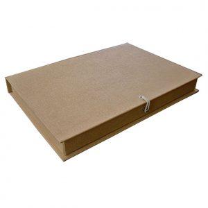 07 caixa tipo book, revestimento em papel kraft, fechamento com elastico.