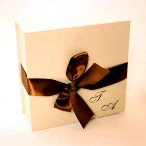 16 caixa book, para mini chandon e duas taças, fechamento em fita e personalização em hot-stamping