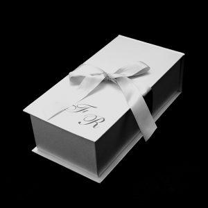 17 Caixa para mini chandon com monogramas em prata ou ouro, fechamento com fita de cetim