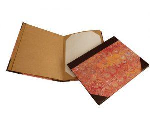 porta cardapio cantoneiras em couro, papel marmorizado, folhas internas em papel kraft com encaixe para folhas ritto pizzaria